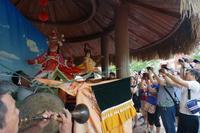 北海山口木偶戏在2016年中国文化遗产日广西主场城市活动暨广西非遗博览会上演出吸引观众围观。